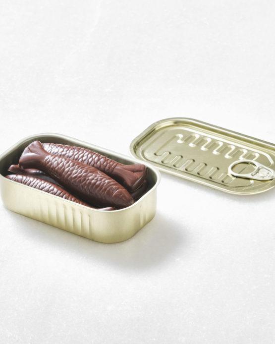 Regalar chocolate con forma de sardinas.