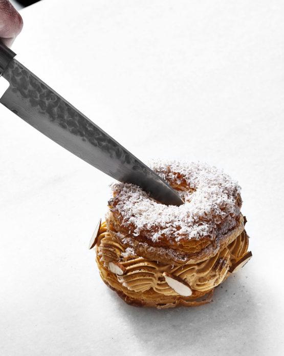 Cuchillo cortando pastel corona.