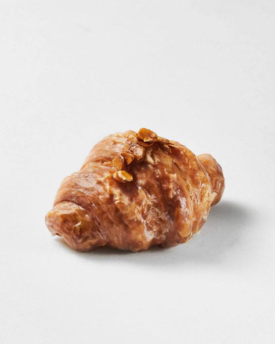 Croissant de almendra gourmet.